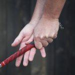 Maila poikittain oikean käden sormissa